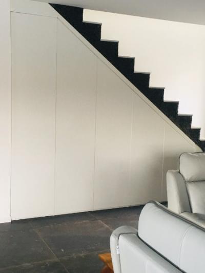 Installation d'un aménagement de sous escalier par votre menuisier sur Toulouse.